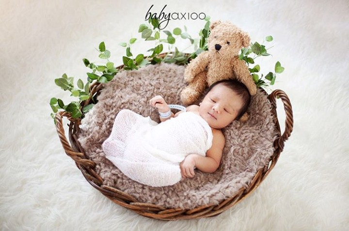 Beberapa waktu lalu penyanyi cantik Vicky Shu melahirkan. Jagoan kecilnya ganteng dan menggemaskan sejak lahir lho.