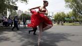 Balerina membuat pengguna jalan dan kendaraan di tengah lampu lalu lintas di Mexico lebih cerah dengan tarian Swan Lake, The Nutcracker sampai Michael Jackson.