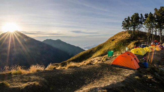 Mount Rinjani, Lombok, 6 AUG, 2015: Setup tent and prepare for overnight at Mount Rinjani Base Camp. The mountain is the second highest volcano in Indonesia and rises to 3,726 metres (12,224 ft).