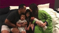 <p>Mmuah! Nia dan suami mencium Mikhayla yang sedang ulang tahun. Tak lupa doa-doa dipanjatkan untuk Mikhayla. (Foto: Instagram @ramadhaniabakrie)</p>