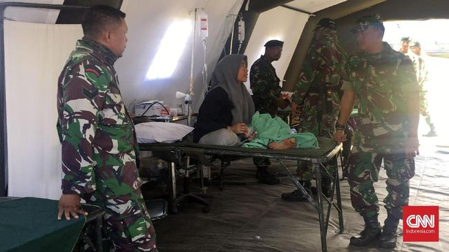Warga Sembalun Lawang, Lombok Timur memilih bertahan di tenda darurat. Tak ada suara takbir dari speaker masjid yang masih bertahan usai gempa.