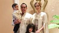 <p>Nia foto bareng 3 anak dan suaminya saat Lebaran 2018. (Foto: Instagram @ramadhaniabakrie)</p>