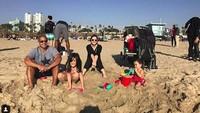 <p>Bermain pasir di pantai di Santa Monica, Amerika Serikat. Anak sulung Nia, Mikhayla Zalindra Bakrie, terlihat seneng banget! (Foto: Instagram @ramadhaniabakrie)</p>