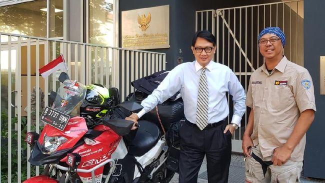 Dubes RI untuk Jerman, Arif Havas Oegroseno dengan Stephen Marx Langitan, warga Indonesia yang keliling dunia naik motor. (Dok. KBRI Berlin)