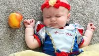 <p>Yaah, baby Snow White telanjur gigit apel yang diberi Evil Queen. Snow White jadi tertidur deh. (Foto: Instagram/oh_tuck_weve_had_a_baby)</p>