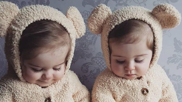 balita kembar identik yang menggemaskan