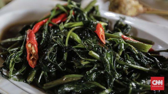 Kangkung merupakan sayuran yang mudah diolah sekaligus kaya nutrisi. Berikut tips masak praktis tumis kangkung ala Sisca Soewitomo.