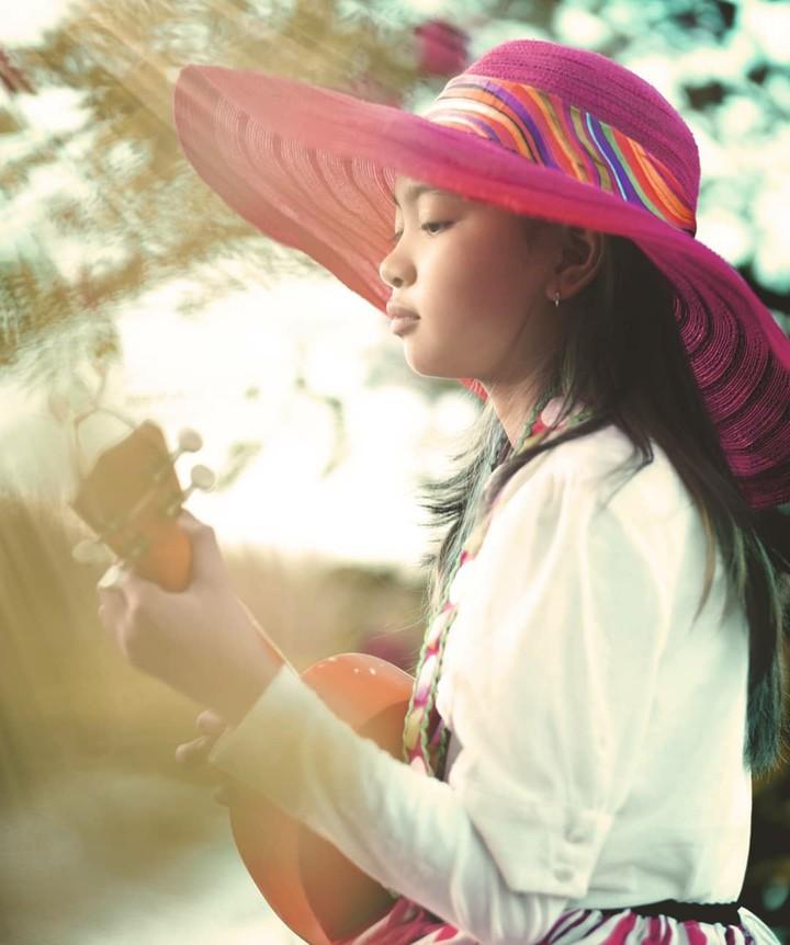 <p>Nggak cuma nyanyi dan nari, Zara juga suka main alat musik ukulele. (Foto: Instagram/zara_leola_official)</p>