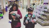 <p>Bunda Maudy dan Eddy sama-sama kerepotan bawa barang belanjaannya nih. Hi-hi-hi. (Foto: Instagram/ @maudykoesnaedi) </p>