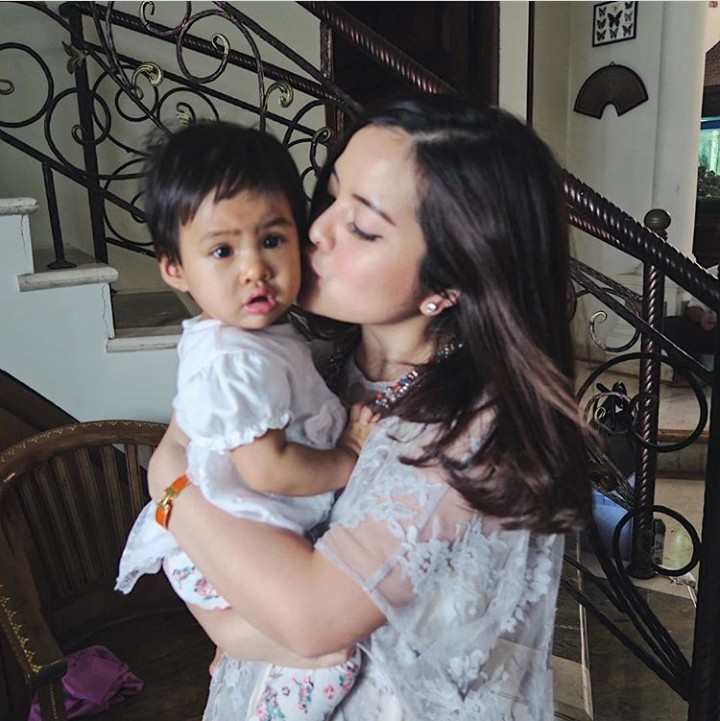 Tasya Kamila melangsungkan pernikahannya dengan sang kekasih, Randi, 5 Agustus 2018. Di balik wajah imutnya, Tasya keibuan banget lho.