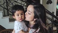 <p>Mmmuach, kecupan manis untuk keponakan tersayang. (Foto: Instagram @tasyakamila)</p>