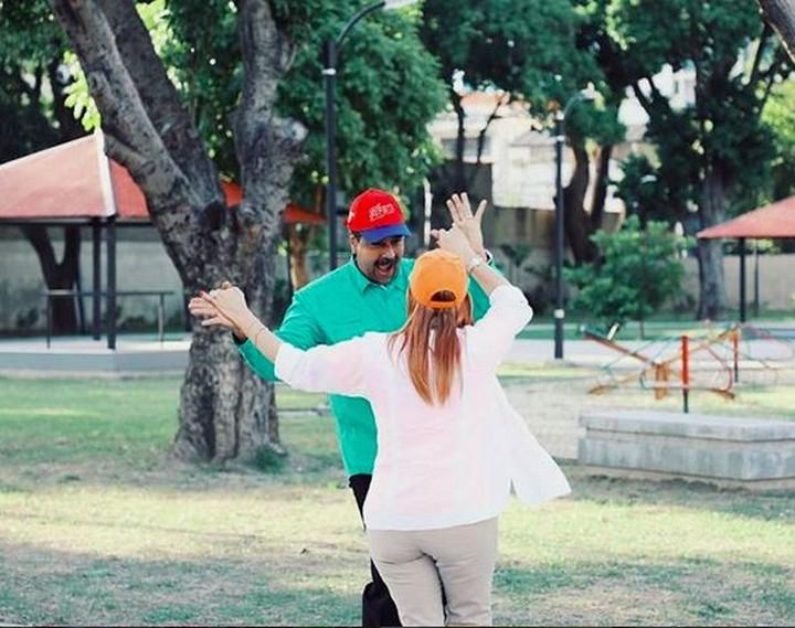 <p>Nicolas dan Cilia berdansa berdua. So sweet! (Foto: Instagram @nicolasmaduro)<br /><br /></p>
