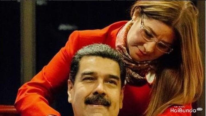 <p>Cilia membetulkan dasi Nicolas dari belakang. Aih, mesranya. (Foto: Instagram @nicolasmaduro)</p>