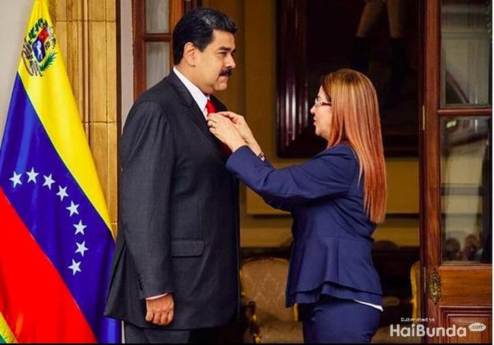 Meski sibuk dengan aktivitas kenegaraan, Presiden Venezuela, Nicolas Maduro, tetap menjaga keromantisan dengan istrinya, Cilia Flores.