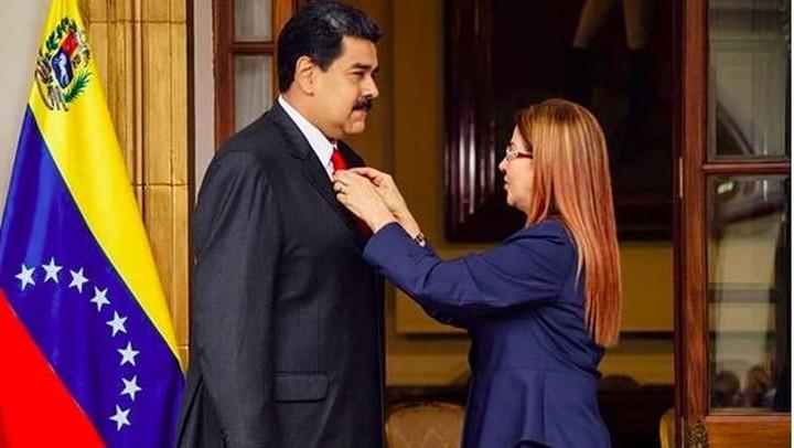 <p>Membetulkan dasi Nicolas dari depan seperti Cilia, juga terlihat romantis ya, Bun. (Foto: Instagram @nicolasmaduro)</p>