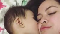 <p>Aih senangnya dicium si bayi. (Foto: Instagram @tasyakamila)</p>
