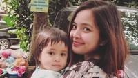 <p>Tuh sudah cocok kan, Bun, Tasya Kamila menggendong anak pakai kain jarit? (Foto: Instagram @tasyakamila)</p>