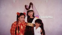 <p>Tasya paling kecil bersama dua penyanyi cilik pada masanya. (Foto: Instagram @idolacilik90an)</p>