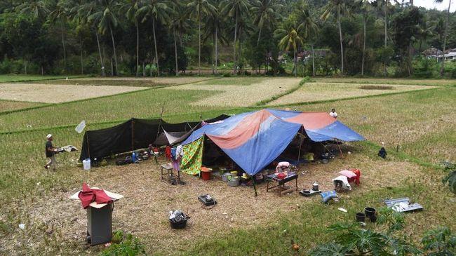Laporan korban jiwa akibat gempa mulai datang, sementara banyak warga Mataram mengungsi ke lapangan terbuka demi menghindari tertimpa bangunan akibat gempa.
