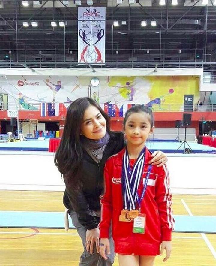 Gadis cantik bernama Sydney Azkassyah Yusuf ini merupakan atlet gimnastik, Bun. Banyak medali yang sudah dikantonginya. Hebat!