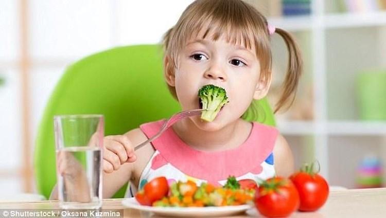Menu dan pola makan yang Bunda terapkan bisa memengaruhi kebiasaan makan anak.
