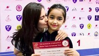 <p>Sydney mendapat 3 medali sekaligus saat pertandingan di Bangkok. Ternyata Sidney adalah putri presenter kenamaan, Cut Tari. Tuh lihat Sydney mendapat ciuman sayang sang bunda yang bangga akan prestasinya. (Foto: Instagram @cuttaryofficial)<br /><br /></p>