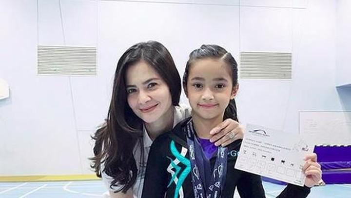 <p>Sidney juga mendapatkan medali saat kompetisi gimnastik di Jakarta. (Foto: Instagram @cuttaryofficial)</p>