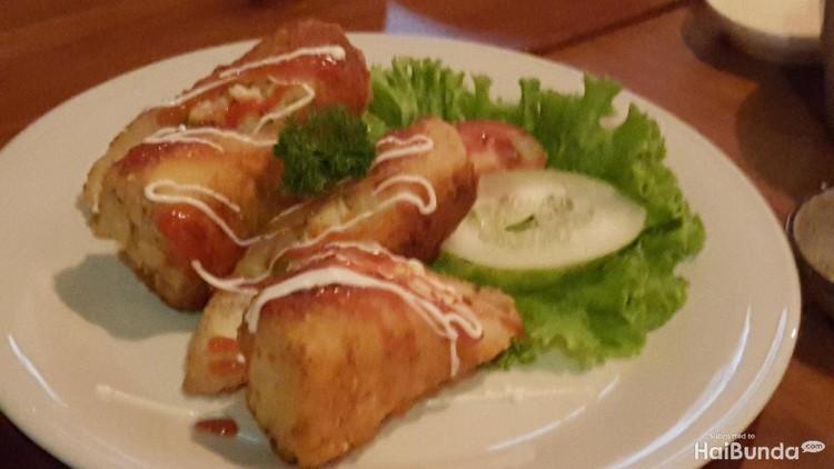 Adakah bunda yang sering kebingungan mencari resep camilan anak? Resep roti gulung isi ragout sayuran ini bisa dicoba. Enak dan simpel.