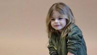 Pose seperti ini bikin Alina makin mirip boneka. Ya nggak, Bun? (Foto: Instagram/raybastard via alina___yakupova)