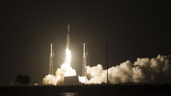 Roket Falcon 9 membawa Satelit Merah Putih pada peluncuran di Cape Canaveral, Florida, Amerika Serikat, Senin (6/8). Satelit milik PT. Telkom Tbk., itu berhasil mengudara dan akan menempati orbinya sekitar 11 hari mendatang atau pada 18 Agustus. ANTARA FOTO/Saptono/Spt/ama/18