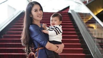 5 Tips Bawa Anak Traveling ke Luar Negeri Seperti Sandra Dewi