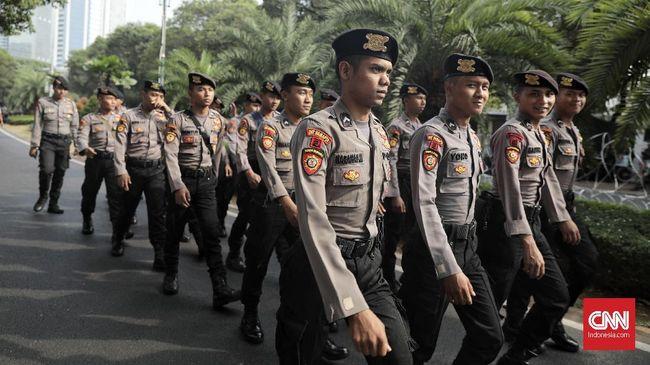 Ribuan personel polri dan TNI melakukan pengamanan di jalan Imam Bonjol jelang pendaftaran Pilpres di KPU, Jakarta (10/8).
