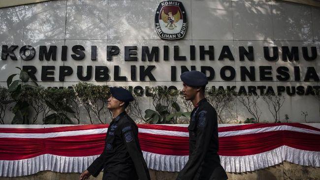 Sejumlah personel Brimob bersiap melakukan pengamanan di depan Kantor KPU Pusat, Jakarta, Jumat (10/8). Sebanyak 4.000 personel gabungan dari Polri dan TNI dipersiapkan untuk mengamankan pendaftaran calon presiden dan calon wakil presiden periode 2019-2024. ANTARA FOTO/Aprillio Akbar/foc/18.
