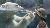 Pada foto-foto unik pilihan CNNIndonesia.com pekan ini, ada percikan air yang melindungi tubuh dari gelombang panas, serta banjir di Jepang dan Myanmar.