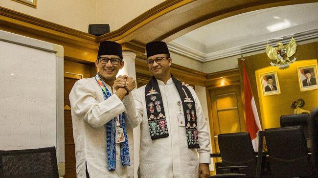 Gubernur DKI Jakarta Anies Baswedan berdampingan lagi dengan eks Wagub DKI Sandiaga Uno yang kini menjadi menteri Jokowi kala meninjau vaksinasi.