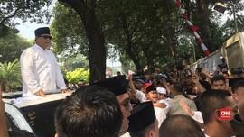 VIDEO: Konser Mini Ganti Presiden Iringi Prabowo ke KPU