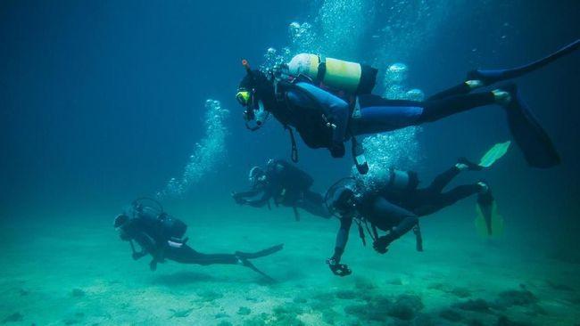 Ratusan perempuan penyelam membentangkan bendera merah putih sepanjang 500 meter di bawah laut, Manado Sulawesi Utara, Sabtu (11/8).