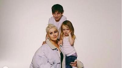 6 Momen Manis Christina Aguilera dengan Dua Anaknya