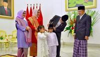 <p>Di momen Idul Fitri tahun ini, dua cucu JK yakni Ali dan Mala ikut kakek dan neneknya ke Istana Kepresidenan Bogor lho. (Foto: Instagram/ @jokowi) </p>