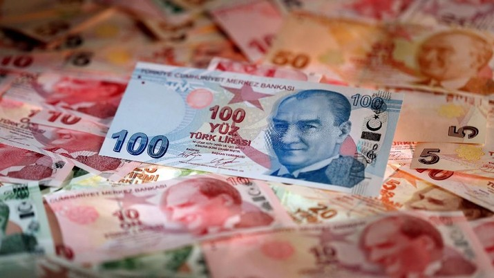 FILE PHOTO: FILE PHOTO: Turkish Lira banknotes are seen in this October 10, 2017 picture illustration. REUTERS/Murad Sezer/File Photo/File Photo
