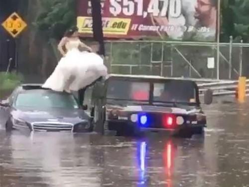 Dramatis, Polisi Selamatkan Pengantin yang Terjebak Banjir di Hari Pernikahan