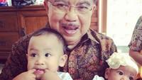 <p>Aih, antengnya si kecil saat digendong kakek tercinta. (Foto: Instagram/ @jusufkalla) </p>
