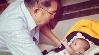 <p>Buat JK, sesibuk apapun dirinya selalu menyempatkan waktu untuk keluarga tercinta, termasuk main bareng sang cucu. (Foto: Instagram/ @jusufkalla)</p>