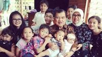 <p>Beginilah keseruan Eyang JK dan Mufidah saat kumpul bareng cucu-cucunya. (Foto: Instagram/ @jusufkalla)</p>