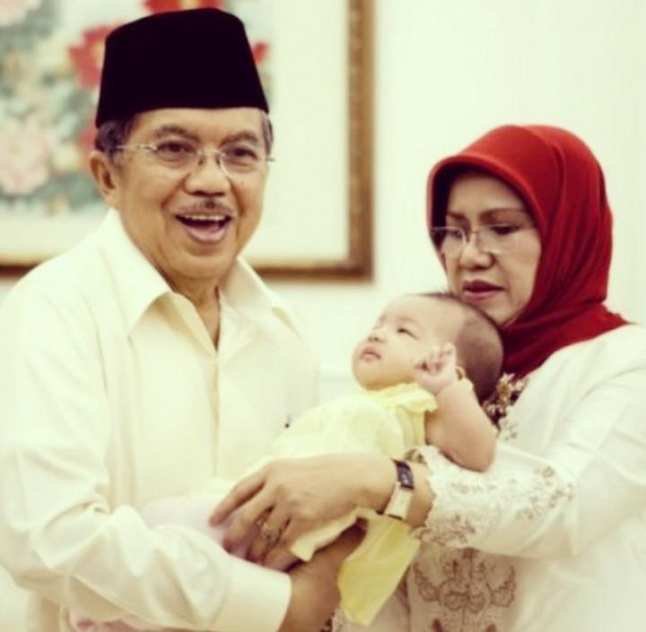 Sebagai kakek, sudah pasti Jusuf Kalla sayang banget cucu-cucunya. Intip kebersamaan suami Mufidah Mi'ad ini dengan cucunya yuk, Bun.