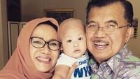 <p>Adem banget deh hati ini melihat kebersamaan kakek-nenek dan cucunya seperti ini. (Foto: Instagram/ @jusufkalla) </p>