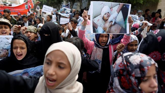 aksi-protes-di-pemakaman-anak-anak-korban-serangan-saudi