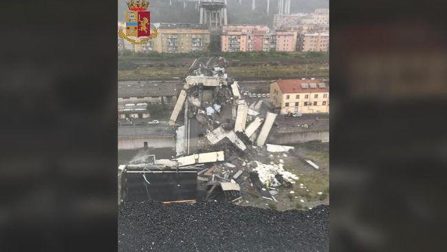 Dua korban selamat dilarikan ke rumah sakit setelah ditemukan di bawah puing-puing jembatan jalan tol Genoa, Italia yang runtuh, Selasa (14/8).