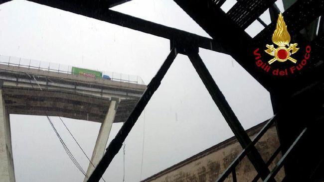 Puluhan orang diduga tewas setelah jembatan jalan tol di kota Genoa, Italia roboh menimpa rel kereta api, gedung-gedung dan sungai.