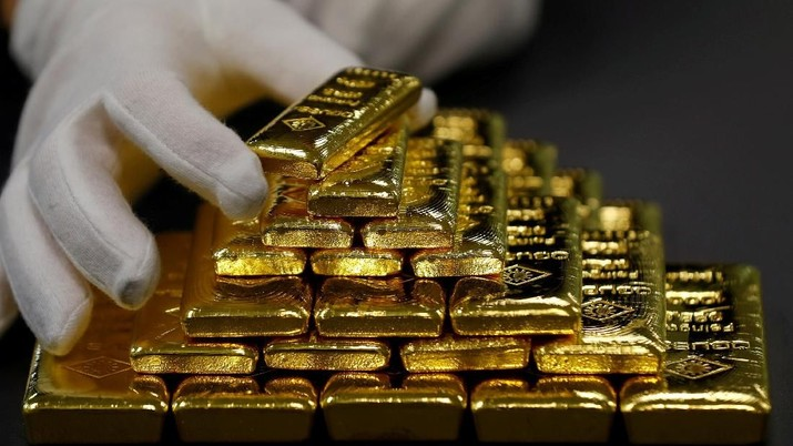 FILE PHOTO: An employee sorts gold bars in the Austrian Gold and Silver Separating Plant 'Oegussa' in Vienna, Austria, December 15, 2017.  REUTERS/Leonhard Foeger/File Photo